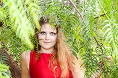 Schöne junge Frau im Park lizenzfreies stockfoto