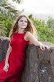 Schöne junge Frau im Park lizenzfreie stockfotos