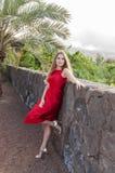 Schöne junge Frau im Park stockfotos