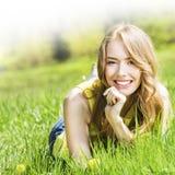 Schöne junge Frau im Park Stockfoto