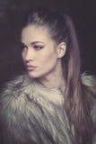 Schöne junge Frau im Pelzmantelporträt lizenzfreies stockfoto