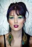 Schöne junge Frau im Pfau spornte Make-up an Stockbild