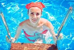 Schöne junge Frau im Pool Stockbild
