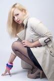 Schöne junge Frau im Regenmantel Stockfotografie