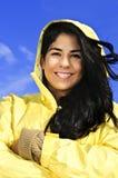 Schöne junge Frau im Regenmantel Stockbild