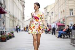 Schöne junge Frau im reizvollen Kleid Stockbilder