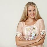 Schöne junge Frau im rosa Blumenkleid Stockfotos