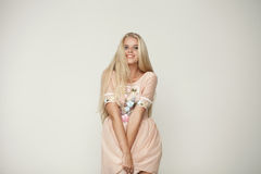 Schöne junge Frau im rosa Blumenkleid Stockfoto