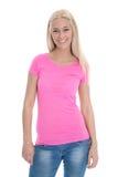 Schöne junge Frau im rosafarbenen Hemd und in den Blue Jeans lokalisiert. Lizenzfreie Stockfotos