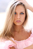 Schöne junge Frau im rosafarbenen Kleid Stockbilder