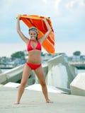 Schöne junge Frau im roten Bikini - mit Tuch Lizenzfreie Stockfotografie