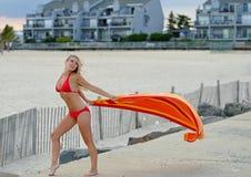 Schöne junge Frau im roten Bikini - mit Tuch Stockbild