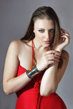 Schöne junge Frau im roten Kleid stockfotografie