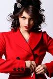 Schöne junge Frau im roten Mantel lizenzfreie stockfotografie