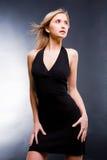 Schöne junge Frau im schwarzen Kleid. Lizenzfreie Stockfotos