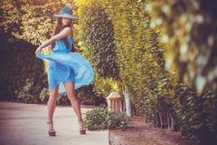 Schöne junge Frau im Sommergarten Lizenzfreie Stockfotos
