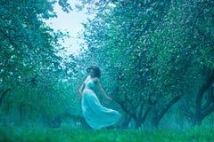 Schöne junge Frau im Sommergarten Lizenzfreie Stockfotografie