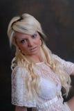 Schöne junge Frau im Spitzekleid Lizenzfreie Stockfotos