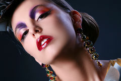 Schöne junge Frau im stilvollen Bild stockfotos