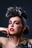 Schöne junge Frau im stilvollen Bild stockfotografie