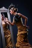 Schöne junge Frau im stilvollen Bild lizenzfreies stockbild