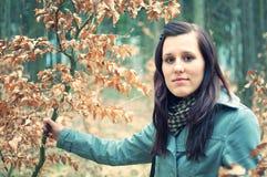 Schöne junge Frau im Wald lizenzfreies stockfoto