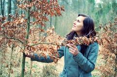 Schöne junge Frau im Wald lizenzfreies stockbild