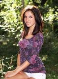 Schöne junge Frau im Wald Stockfotografie