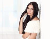 Schöne junge Frau im Weiß Stockbild