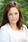 Schöne junge Frau im Weiß draußen lizenzfreie stockfotos