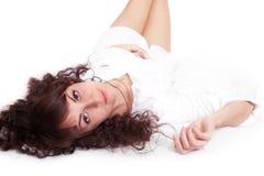 Schöne junge Frau im weißen Hemd, das auf a liegt Lizenzfreies Stockbild