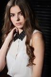 Schöne junge Frau im weißen Hemd und in der schwarzen Rockaufstellung Lizenzfreie Stockfotografie