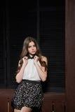 Schöne junge Frau im weißen Hemd und in der schwarzen Rockaufstellung Lizenzfreie Stockbilder