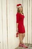 Schöne junge Frau im Weihnachtsstoff Stockfoto