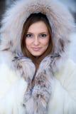 Schöne junge Frau im Winterpelzmantel Stockbild