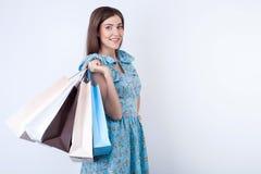 Schöne junge Frau kauft Kleidung mit Freude Lizenzfreies Stockfoto