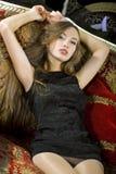 Schöne junge Frau kleidete im schwarzen Kleid Lizenzfreie Stockfotos