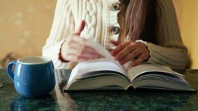 Schöne junge Frau las Buch und trinkt Tee, Freizeit oder Bildung stock footage