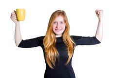 Schöne junge Frau lokalisiert auf trinkendem Kaffee des weißen Hintergrundes Stockfoto