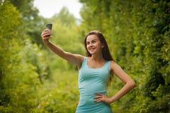Schöne junge Frau machen sich mit Telefon Stockfotos
