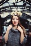 Schöne junge Frau mit überraschtem Ausdruck stockbilder