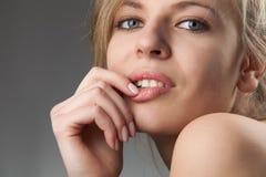 Schöne junge Frau mit anziehendem flüchtigem Blick Stockfoto