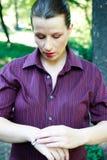 Schöne junge Frau mit Armband Lizenzfreie Stockfotos