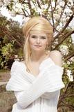 Schöne junge Frau mit Art des blonden Haares. Stockbilder