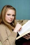 Schöne junge Frau mit Bibel Stockfotos