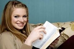 Schöne junge Frau mit Bibel Stockbild