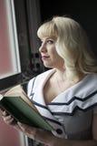 Schöne junge Frau mit blondes Haar-Lesebuch Lizenzfreies Stockbild