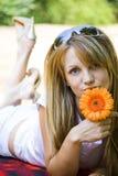 Schöne junge Frau mit Blume Lizenzfreies Stockbild