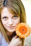 Schöne junge Frau mit Blume Lizenzfreie Stockbilder