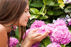 Schöne junge Frau mit Blumen Lizenzfreies Stockfoto